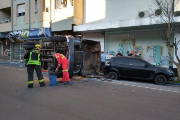 Caminhão desgovernado provoca acidente em Carlos Barbosa Claudir Pontim/Rádio Estação FM