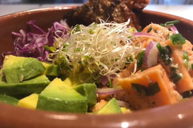 Na Cozinha: esse bowl com salada, avocado e salmão é perfeito para o fim de semana Destemperados/