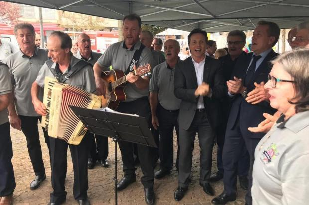 """Prefeito de Caxias do Sul inaugura restauro de monumento e canta """"Mérica Mérica"""" André Tajes/Agencia RBS"""
