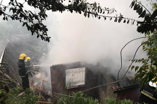 Casa pega fogo e cachorro morre no bairro Cruzeiro, em Caxias do Sul Divulgação / Corpo de Bombeiros Militar/Corpo de Bombeiros Militar
