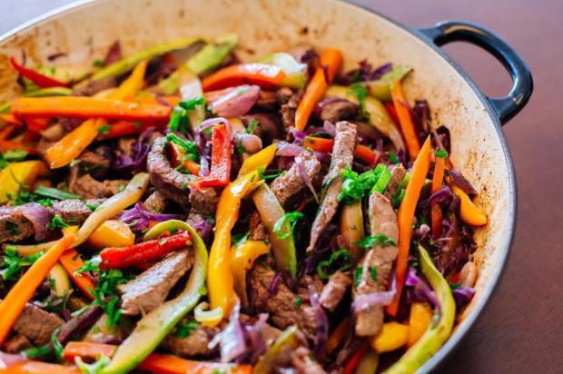 Na Cozinha: não tem nada mais prático que essas tirinhas de carne com legumes Omar Freitas/Agencia RBS