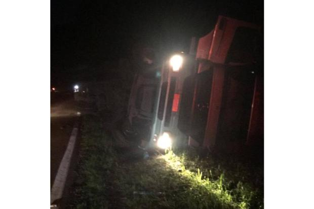 Carreta que tombou na ERS-324 em Nova Bassano é removida nesta terça-feira Divulgação / Brigada Militar/Brigada Militar