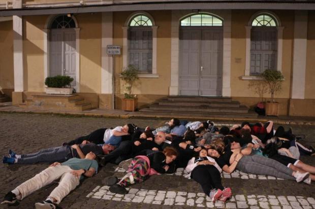 """Artistas protestam contra """"morte"""" do Financiarte em frente à Secretaria da Cultura de Caxias Tem Gente Teatrando/Divulgação"""