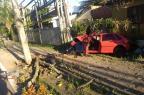 Carro colide contra poste e jovem é socorrido inconsciente em Caxias do Sul (Juarez Melotto/Divulgação)