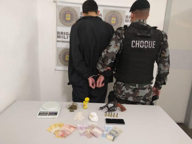 Depois de denúncia, jovem é preso com 98 pedras de crack e revólver em Caxias Brigada Militar / Divulgação/Divulgação