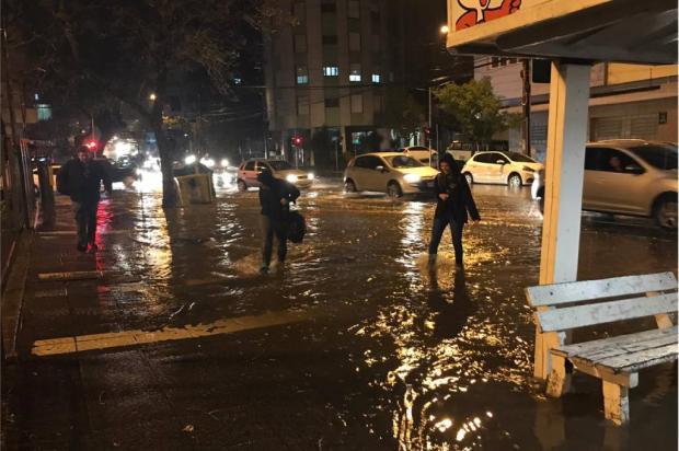 VÍDEO: Temporal causa alagamentos em Caxias do Sul André Tajes / Agência RBS/Agência RBS
