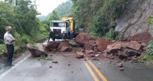 Queda de barreira causa bloqueio parcial em trecho da BR-116 na Serra (Lucas Atmann/divulgação)