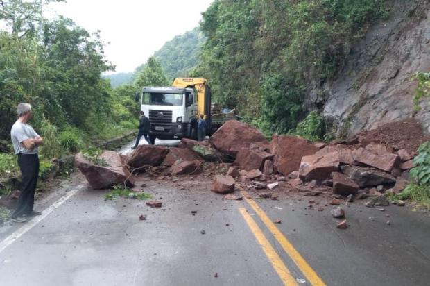 Trânsito é liberado após queda de barreira na BR-116 na Serra Lucas Atmann/divulgação