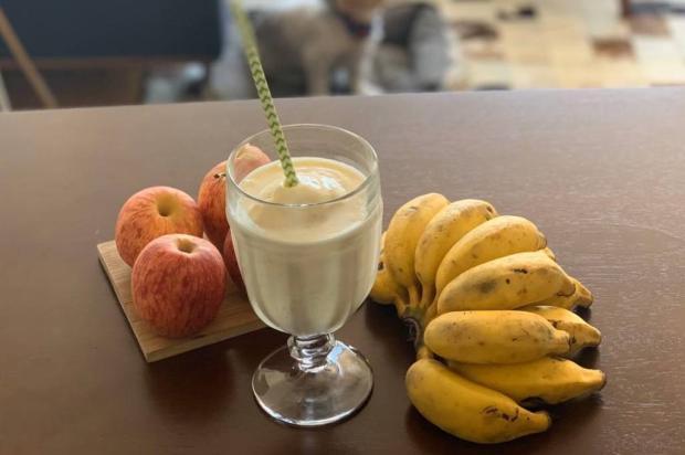 Na Cozinha: não leva nem cinco minutos para fazer esse smoothie de banana e maçã Lela Zaniol / Destemperados/Destemperados