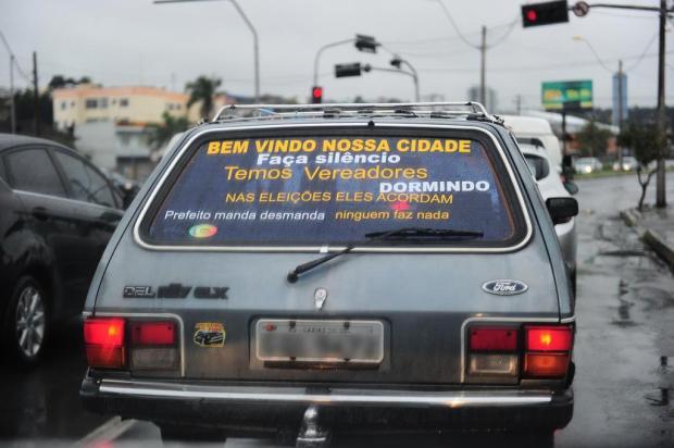 Adesivo em veículos dá recado aos políticos de Caxias Porthus Junior/Agencia RBS