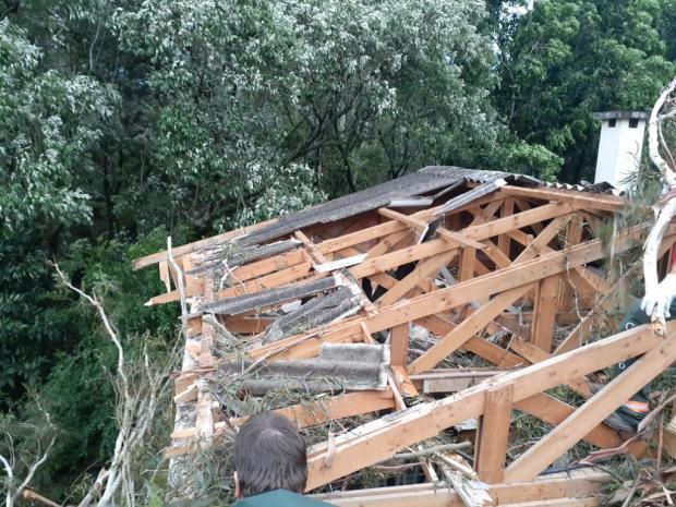 Chuva e vento provocam estragos em cidades da Serra Defesa Civil de Gramado / divulgação/divulgação