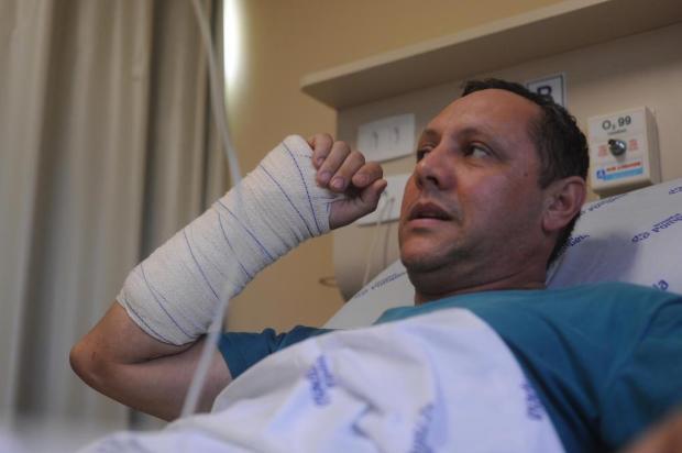"""""""Quando acordei, vi aquela árvore em cima do meu colo"""", diz passageiro de carro atingido por árvore em Caxias Marcelo Casagrande/Agencia RBS"""