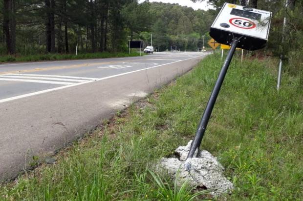 Medidores de velocidade do trevo de Fazenda Souza, em Caxias, são encontrados caídos às margens da Rota do Sol Jeferson Ageitos/Agência RBS