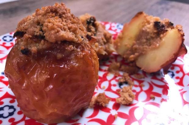 Na Cozinha: você vai se apaixonar por essa maçã assada com farofa de cuca Destemperados/