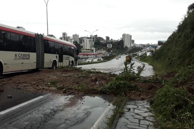 Deslizamento de terra interrompe parcialmente trânsito na RSC-453 em Caxias Jeferson Ageitos/Agência RBS