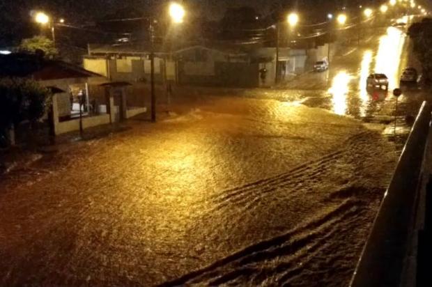 VÍDEO: chuva intensa causa queda de árvores, alagamentos, deslizamentos e interdita pontes e estradas na Serra Renata de Oliveira Zampiva / Divulgação/Divulgação