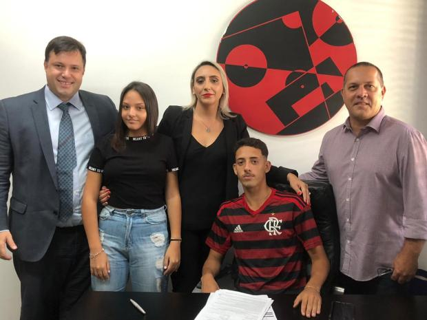 Jovem promessa oriunda do Juventude assina contrato profissional com o Flamengo Football Capital/ PGB Sports / Divulgação/Divulgação