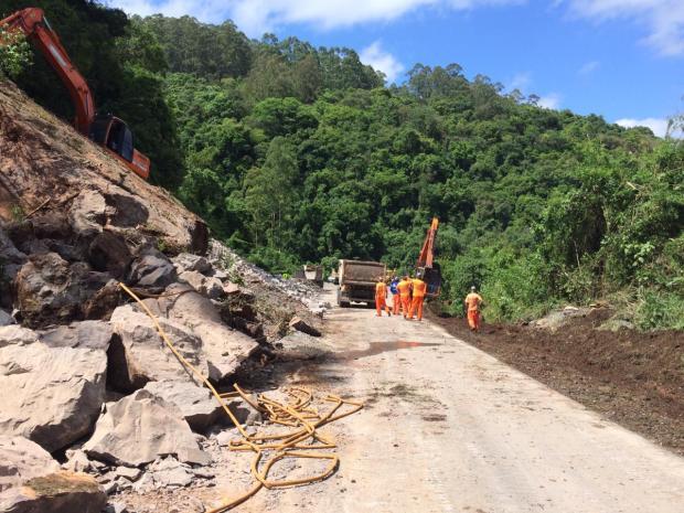 Alargamento de pista onde houve queda de barreira, na ERS-122, em Farroupilha, é finalizado André Fiedler / agência RBS/agência RBS
