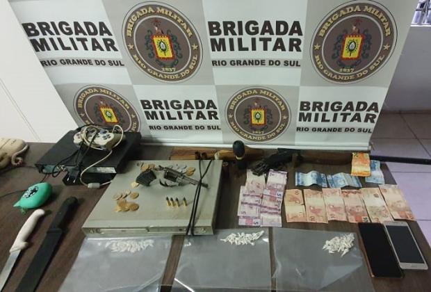 Homens se exibem com armas na rua e são presos pela Brigada Militar em Farroupilha Brigada Militar / divulgação/divulgação