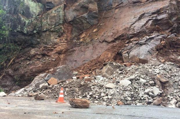 Novas pedras caem sobre a pista e ERS-122 segue bloqueada em Farroupilha André Fiedler/Agência RBS