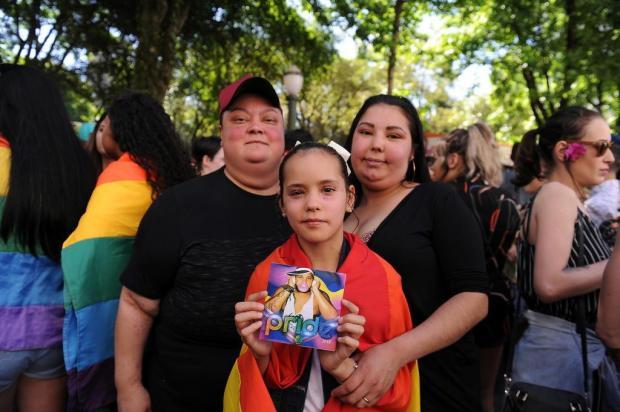 Filha de casal de lésbicas, menina lê poema contra a homofobia e emociona o público na 19ª Parada Livre de Caxias Marcelo Casagrande/Agencia RBS