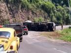 Trânsito é liberado após tombamento de caminhão na ERS-122, em Flores da Cunha Silvia Mara Eberle Reolon/divulgação