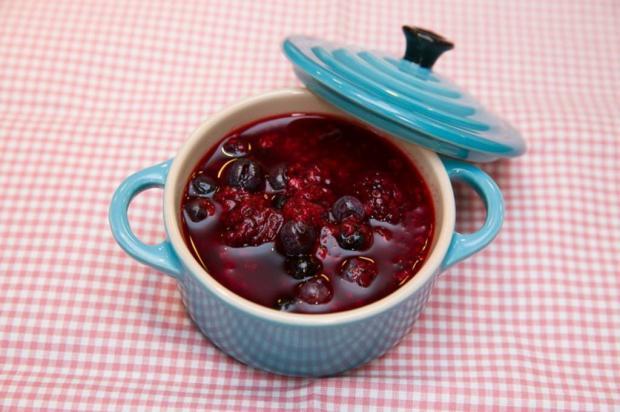 Na Cozinha: aprenda a fazer uma calda de frutas vermelhas fácil e deliciosa Andréia Graiz / Destemperados/Destemperados