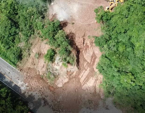 VÍDEO: Confira imagens aéreas do local da queda de barreira na ERS-122 Divulgação / Encopav Engenharia/Encopav Engenharia