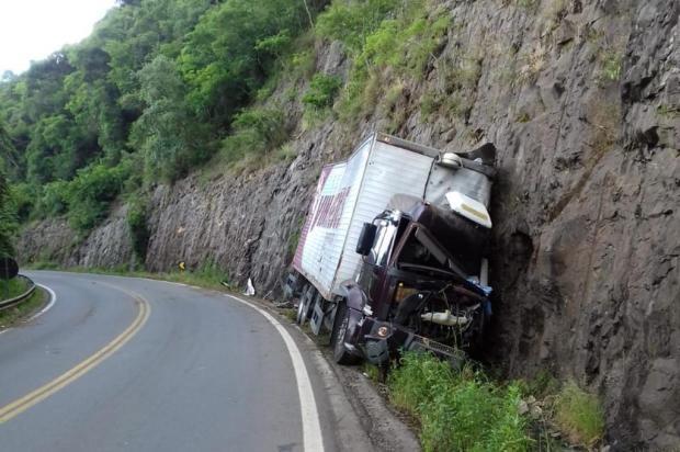 Caminhão fica destruído em acidente na RS-122, em Flores da Cunha PRE/Divulgação