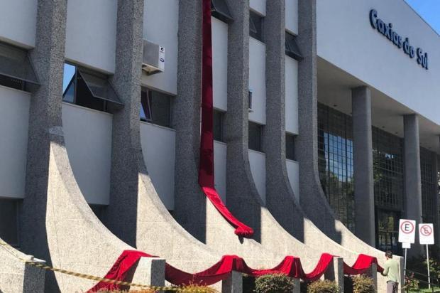 Laço gigante deve ser colocado nesta terça na prefeitura de Caxias Tales Armiliato/Agência RBS