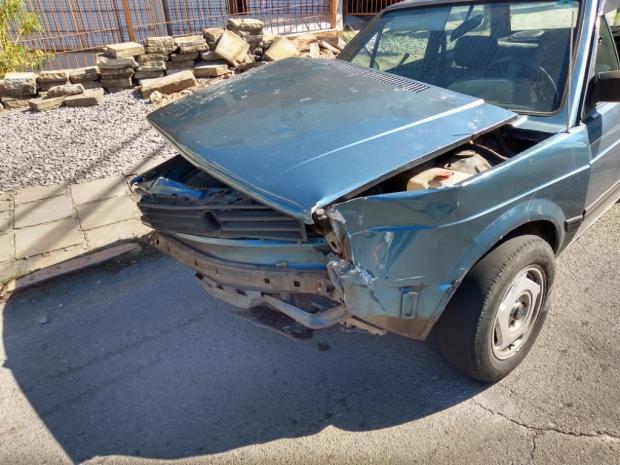 Homem tenta escapar de blitz e bate em outro carro em Caxias do Sul Divulgação/