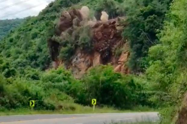 VÍDEO: confira o momento em que a encosta da RS-122, em Farroupilha, é derrubada /