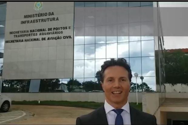 Prefeito de Caxias comemora assinatura de repasse de recursos para construção do aeroporto Facebook/Reprodução