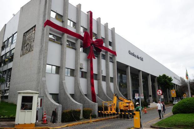Laço gigante de Natal é instalado na prefeitura de Caxias do Sul Porthus Junior/Agencia RBS