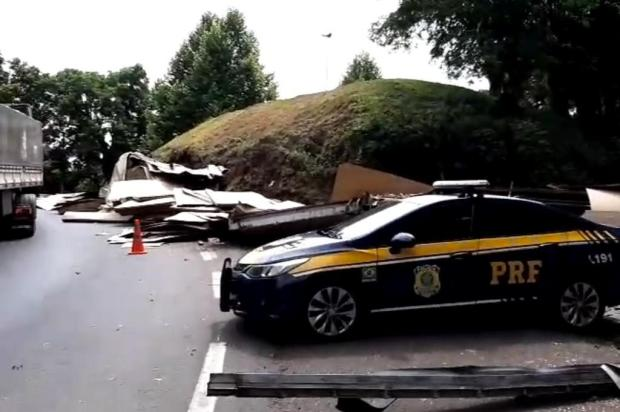 Caminhão tombado causa bloqueio parcial na BR-470, em Veranópolis PRF/Divulgação