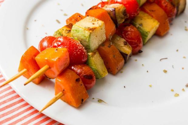 Na Cozinha: na praia ou na piscina, aprenda a fazer espetinho de legumes grelhados Destemperados/