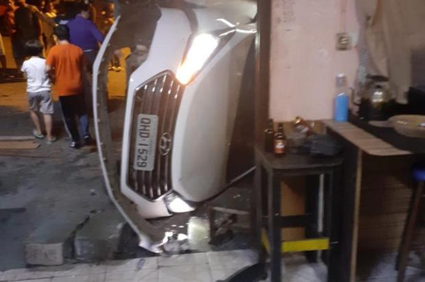 Carro invade bar e assusta moradores em Caxias Derli Bevilaqua/Divulgação