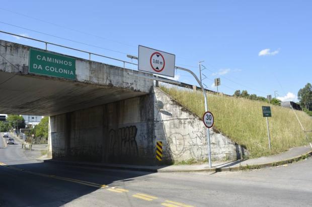 Viaduto na Rua Ludovico Cavinato, em Caxias do Sul, tem limitador de altura Leonardo Portella / SMTTM/SMTTM