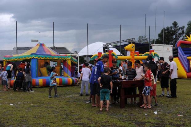 Mesmo debaixo de chuva, moradores e crianças participam de Natal comunitário da Zona Norte de Caxias Marcelo Casagrande/Agencia RBS
