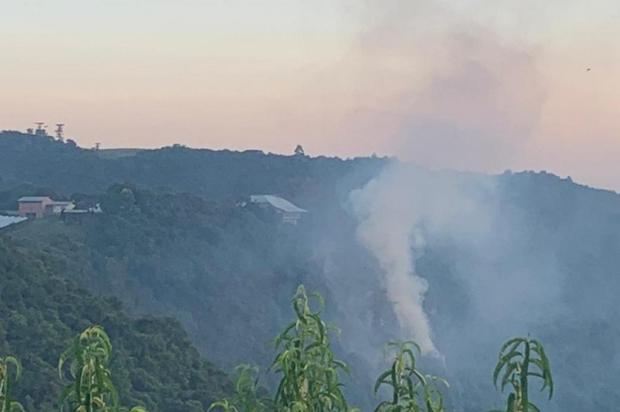 Bombeiros seguem trabalho para controlar incêndio no Belvedere Sonda, em Nova Pádua Mathias Boz Rossi/Divulgação