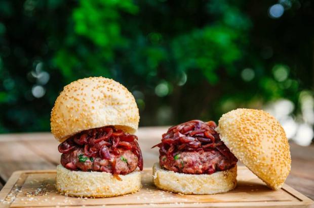 Na Cozinha: sanduíche de carne com cebola caramelada pra sair da rotina Destemperados/