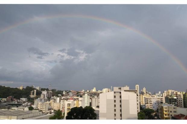 Chuva rápida não aliviou o calor, mas pintou o céu com arco-íris em Caxias do Sul Milena Schäfer / Agência RBS/Agência RBS