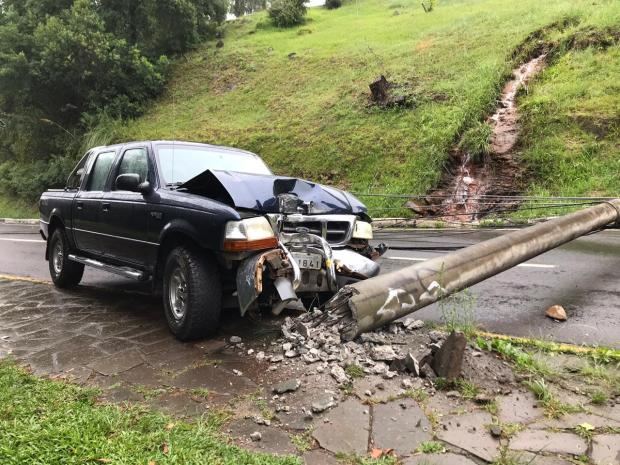 Carro derruba poste e trânsito na Rua Ludovico Cavinato, em Caxias, é bloqueado Ana Nazario / agência RBS/agência RBS