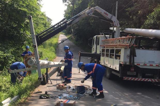 Queda de postes bloqueia acesso à comunidade de Santa Bárbara, em Caxias do Sul Milena Schäfer/Agência RBS