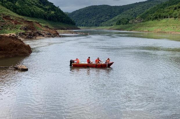 Em embarcação com risco de afundar, família é resgatada por bombeiros em Vacaria Corpo de Bombeiros de Vacaria/Divulgação