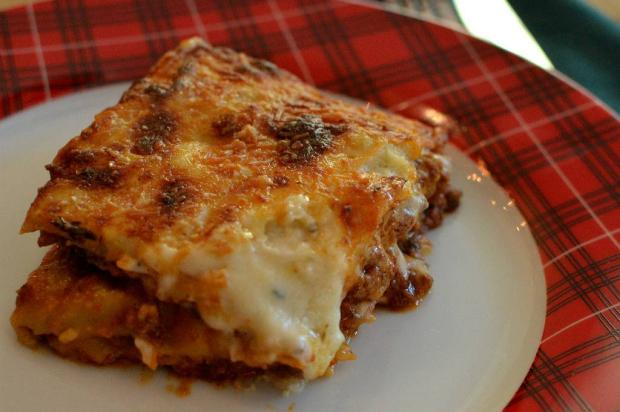 Na Cozinha: quer arrasar no jantar? Faça lasanha de queijo ao molho branco e bolonhesa Destemperados/