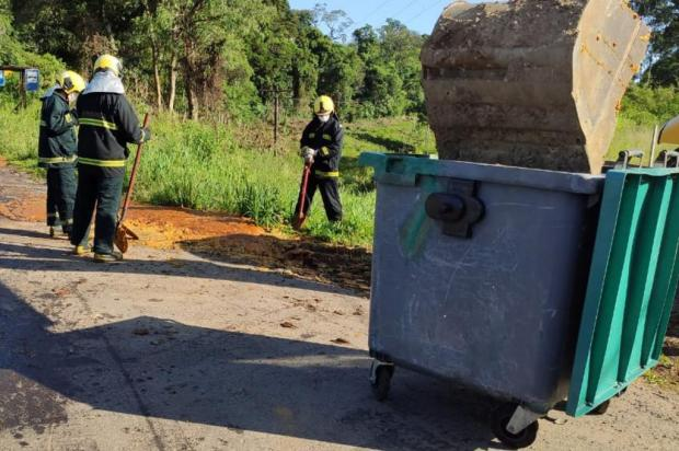 Caminhão derrama cerca de mil litros de resíduos na RS-122 em Farroupilha Divulgação/Fepam
