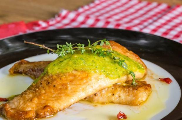 Na Cozinha: aprenda a fazer tilápia em crosta de ervas e queijo Omar Freitas / Agência RBS/Agência RBS