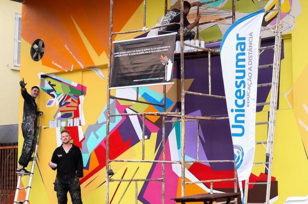 Mural de Gustavo Gomes estampa fachada da UniCesumar, em Caxias Letícia Busatto/Divulgação