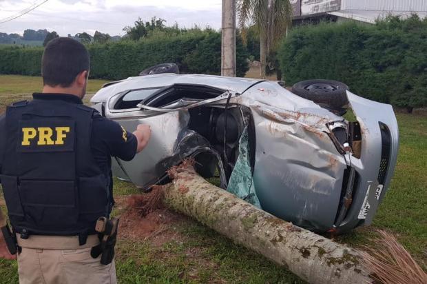 Motorista fica ferido depois de bater em árvore e capotar carro na BR-470 em Vila Flores PRF/Divulgação